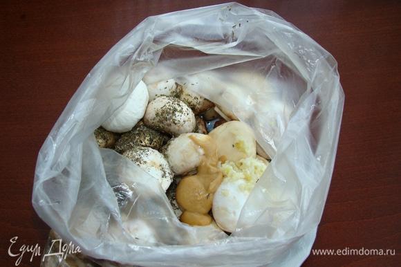 Все ингредиенты добавить к грибам прямо в пакет. Чеснок пропустить через пресс.