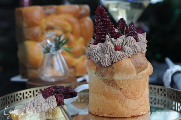 Разноцветная бриошь с шапочкой из паштета выглядит, как нарядный торт.