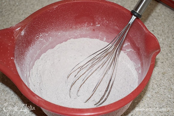 Просеять муку с какао, разрыхлителем и сахарной пудрой. Перемешать.