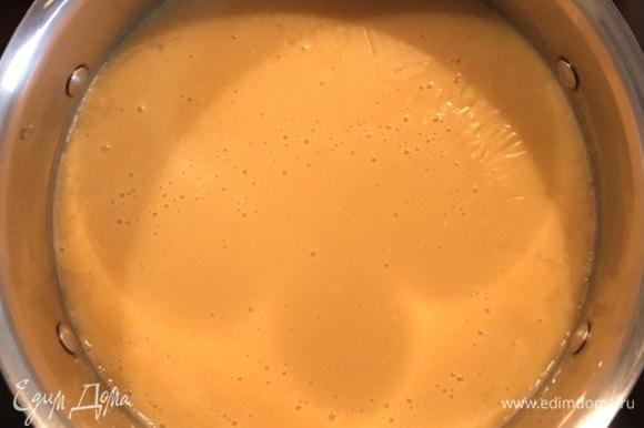 После того, как горох постоял, промыть, положить в кастрюлю, залить холодной водой, добавить одну целую луковицу, соль, перец, лавровый лист. Варим до готовности минут 40 (все зависит от гороха — он должен быть мягким). Воды наливаем около 1 литра, но, возможно, по мере приготовления ее нужно будет еще добавить (все зависит от гороха). По готовности вынуть лук, лавровый лист. Сваренный горох прямо в кастрюле взбиваем блендером в пюре.