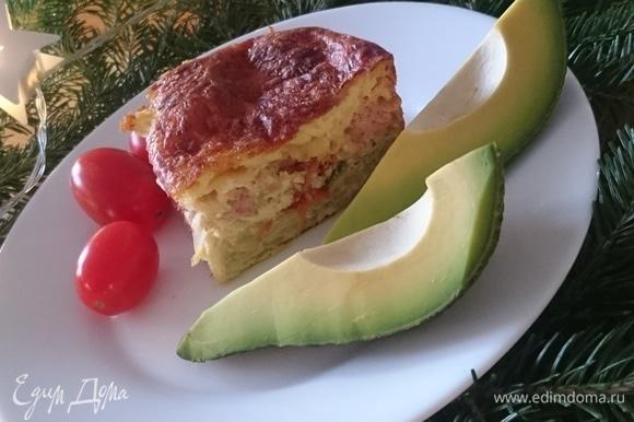 Подайте в теплом виде с дольками авокадо и помидорками черри.