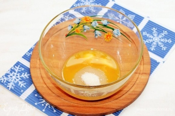 Приготовим корж. Желтки растереть с сахаром. Добавить сметану, растопленное и охлажденное сливочное масло и ванилин, перемешать.