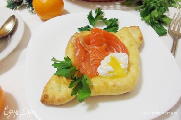 К семге выложить яйцо пашот. Аккуратно надрезать яйцо, украсить сырники зеленью и можно подавать к столу.