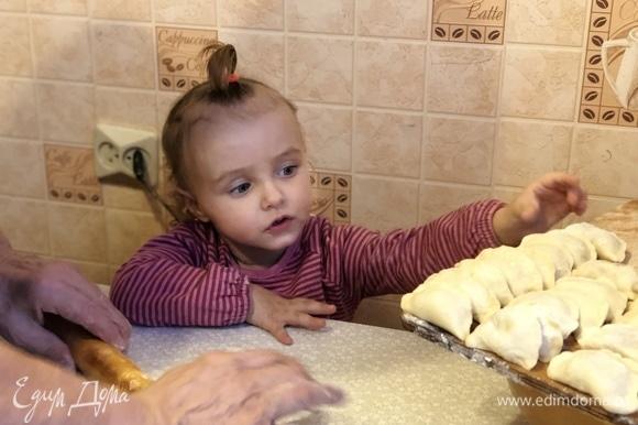 Слепить пельмени, соединив края теста. Домашние пельмени поставить в морозилку.