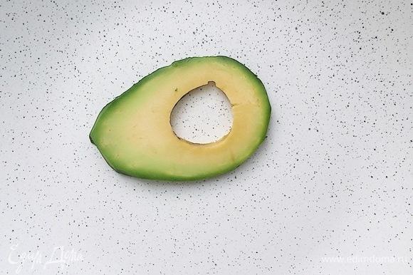 Приступить к сборке салата. На тарелку для подачи выложить первый слайс авокадо.