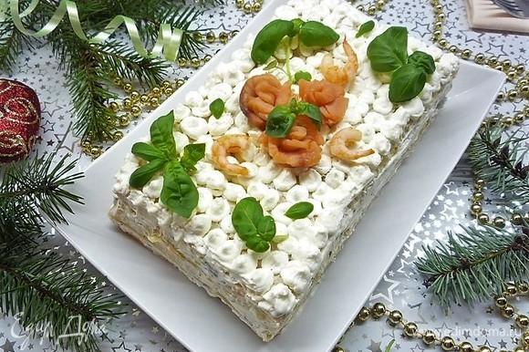 Поверх крема выкладываем розочки из рыбы, украшаем торт креветками и базиликом. Приятного аппетита!