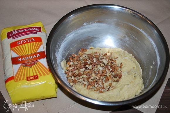 К тесту добавьте орехи и изюм. Все хорошо перемешайте. В этом рецепте изюм и хлопья считаются самыми главными. Орехи можно добавить по вашему вкусу: можно кедровые, а можно и вовсе не добавлять орехи, а вот изюм должен быть. Изюм предварительно замочить на 15 минут. Если в печенье решили не добавлять орехи, тогда количество изюма надо увеличить до 100 г.