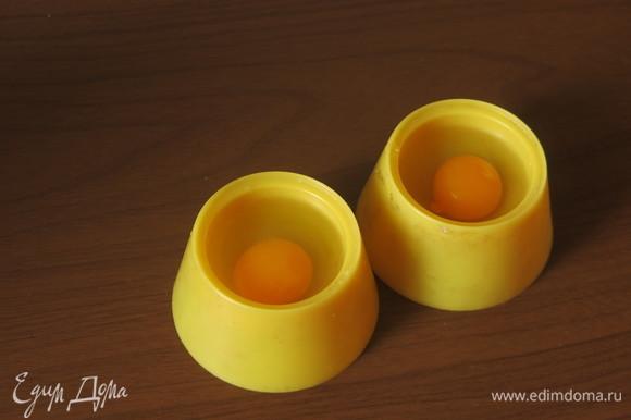Разбиваем перепелиные яйца (рекомендую в отдельные маленькие формочки).
