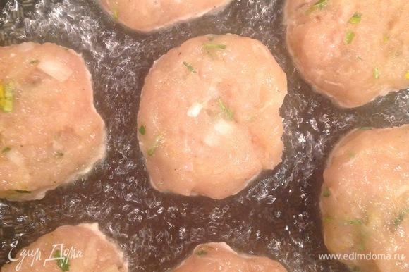 Разогреваем сковородку, наливаем оливковое масло, выкладываем котлетки и жарим с каждой стороны по 3–5 минут.