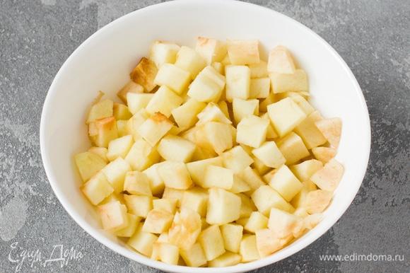 С яблок снять кожуру, вырезать сердцевину. Мякоть нарезать кубиками 1–1,5 см. Сложить в глубокую тарелку и выпекать в микроволновке на максимальной мощности 3–4 минуты до мягкости.