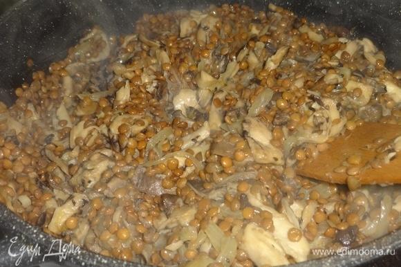 Добавить чечевицу в сковороду с грибами и луком, перемешать, продолжать жарить вместе еще 2–3 минуты.