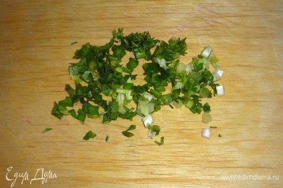 Петрушку и зеленый лук вымыть, обсушить, мелко нарезать.