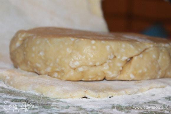 Положить второе тесто (мучное) на половину раскатанного первого (масляного). Накрыть другой половиной масляного теста. Залепить края полученного квадрата со стороной около 18–20 см. Завернуть в пленку и поместить на час в холод.