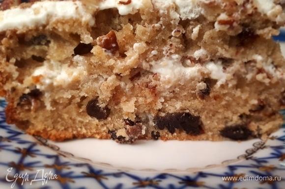 Коврижку разрезать вдоль на две части. Каждую часть пропитать кремом, а нижнюю посыпать молотым грецким орехом.