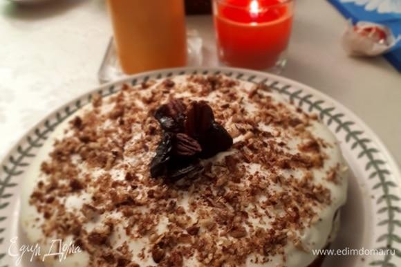 Сборка: соединить две половинки кремом внутрь. Оставшимся кремом полить сверху торт и посыпать по желанию грецким орехом, украсить черносливом.