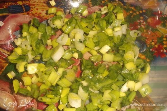 Зеленый лук нарезать, посолить, слегка помять ложкой для выделения сока.