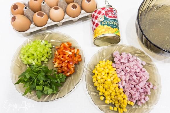 Пустую скорлупу промываем снаружи, внутри обдаем кипятком и высушиваем. Пока яйца подсыхают, в холодном бульоне замачиваем желатин на 1 час, а после набухания растворяем его, разогрев бульонную основу на плите (не доводя до кипения!). Нарезаем ветчину и овощи, состав и количество которых может варьироваться согласно вашим предпочтениям.