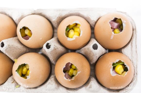 Смешиваем овощи и мясо и наполняем этой смесью пустые яичные скорлупки.