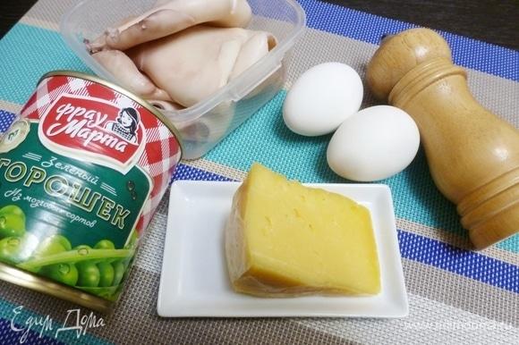 Подготовить ингредиенты для салата. Яйца сварить вкрутую. Кальмаров почистить от темной пленки (залить кипятком, она сойдет). Закипятить воду, опустить кальмаров и варить 1 минуту.