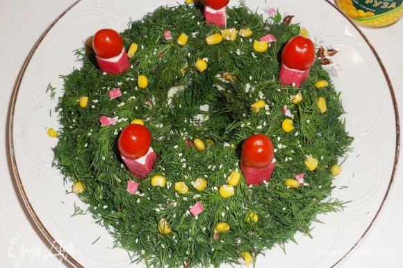 Аккуратно убрать стакан и густо посыпать мелконарезанным укропом. Сверху можно украсить (по желанию) зернами консервированной кукурузы, семенами кунжута и т. д.