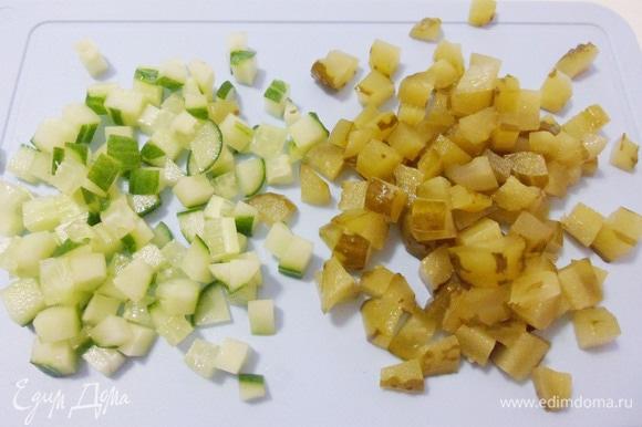 Свежие и маринованные огурцы нарезать кубиками со стороной в 1 см.