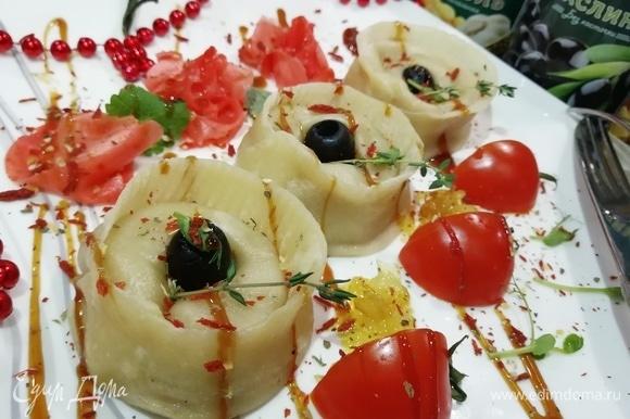 Как нельзя кстати пришелся к мантам маринованный имбирь, он прекрасно дополнил вкус начинки. Дополнительно я подала карамелизированный лук и помидоры черри. Тарелку украсила устричным соусом и сушеными томатами.