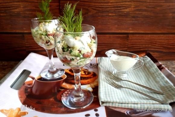 Перед подачей салат полить соусом, сверху посыпать кедровыми орешками.