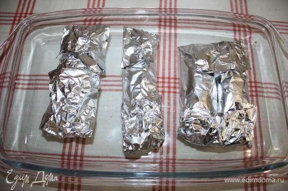 Завернуть в фольгу. Запекать в духовке 1 час 15 минут при температуре 240–260°C.