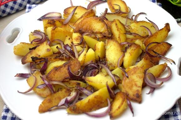 Перенести на блюдо картофель с луком.