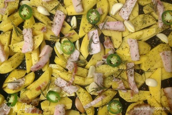 Противень смазываю оливковым маслом, выкладываю приправленный картофель, бекон, сало, чеснок. Ставлю в духовку на 30–45 минут. Время приготовления зависит от возможностей вашей духовки.