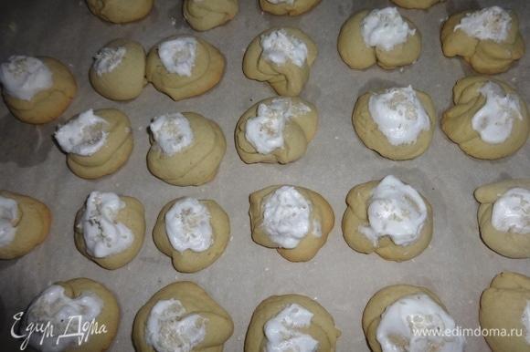 Вытащить противень с печеньем, смазать каждое печенье взбитым белком и посыпать кунжутом. Поставить в духовку еще на несколько минут. Следите за печеньем. У меня вторая партия получилась слегка «загорелой». Печенье остудить.