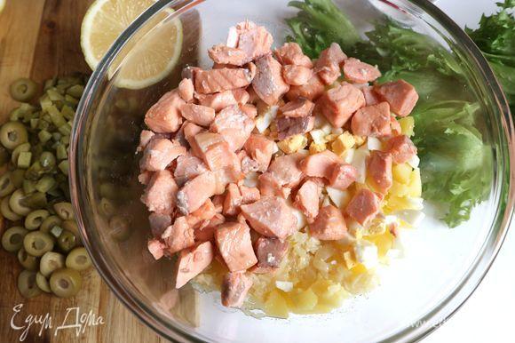 В большой миске смешать картофель, репчатый лук, яйцо, рыбу.