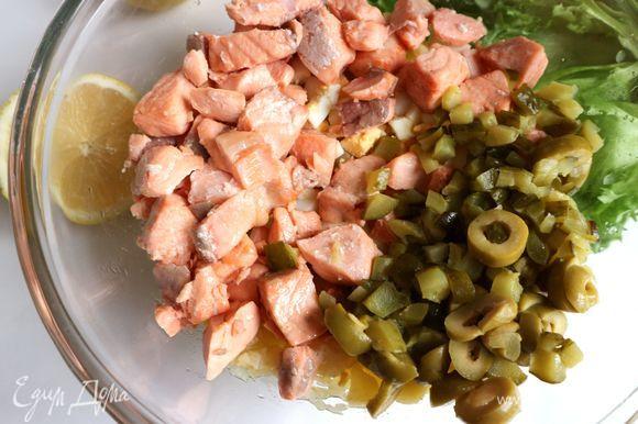 Оливки и огурцы отжать руками, чтобы не было в салате лишней жидкости. Добавить соль, бережно перемешать. Зелень помыть, откинуть на дуршлаг, дать просохнуть.