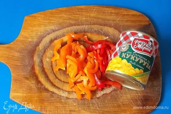 Болгарский перец помыть, очистить от семян и нарезать соломкой. Банку с кукурузой ТМ «Фрау Марта» открыть и слить жидкость. Обжарить на сковороде с маслом нарезанный лук и тертую морковь.