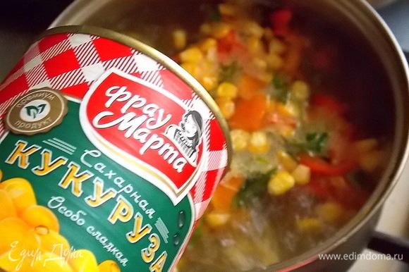 Добавьте перец в кастрюлю и всыпьте кукурузу. Варить 5 минут.