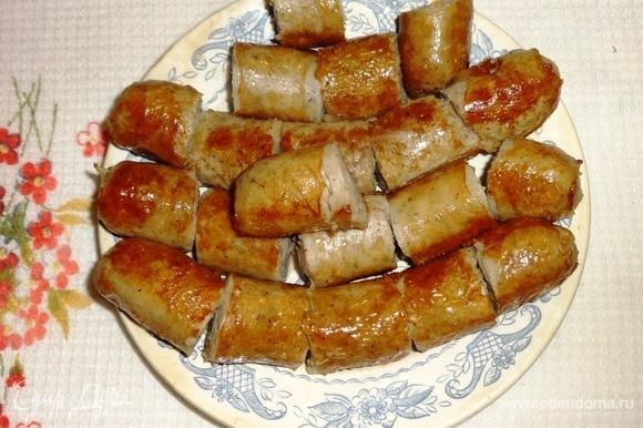 Выложить колбаски из сковороды, нарезать на кусочки.
