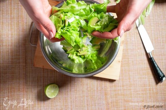 Зеленый салат порвите руками. Перемешайте с авокадо.
