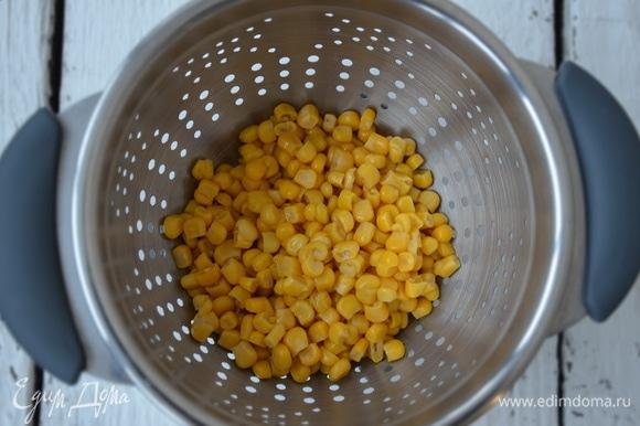 Консервированную кукурузу ТМ «Фрау Марта» откинуть на дуршлаг и слить жидкость.