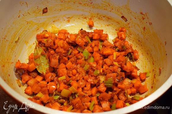 Добавить к овощам томатную пасту, розмарин, тимьян, лавровый лист, черный перец молотый, перец чили молотый и яблочный уксус. Перемешать. Затем добавить муку и снова все перемешать.