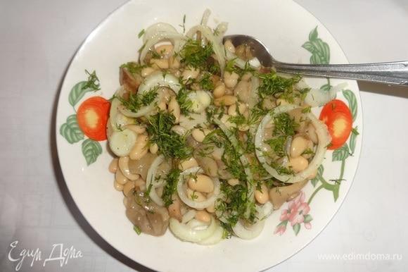 В миске соединить фасоль, грибы и лук. Немного поперчить, заправить ароматным подсолнечным маслом, перемешать. Посыпать салат укропом. Можно подать салат в одной большой вазе.