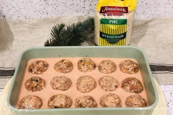Соусом заливаем тефтели. Ставим в духовку при 180°C на 25 минут.