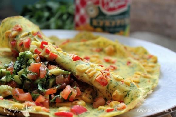 Для подачи отлично подойдет сметана с измельченной зеленью, сыр рикотта или сочный салат из авокадо, томата и кинзы.