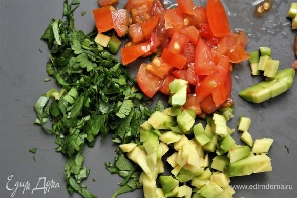 Для салата мелко нарезать томат, авокадо и кинзу. Количество — по желанию.