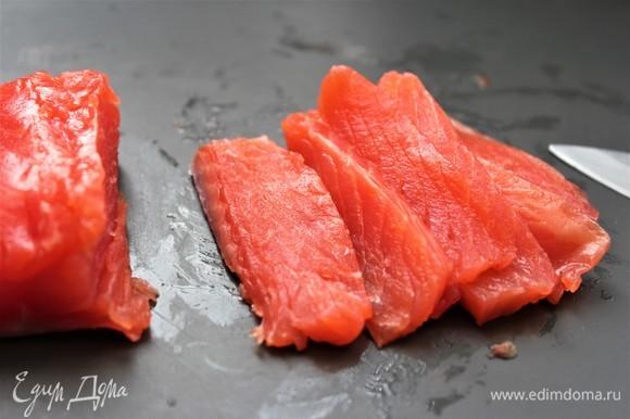Нарезать слайсами слабосоленый лосось.