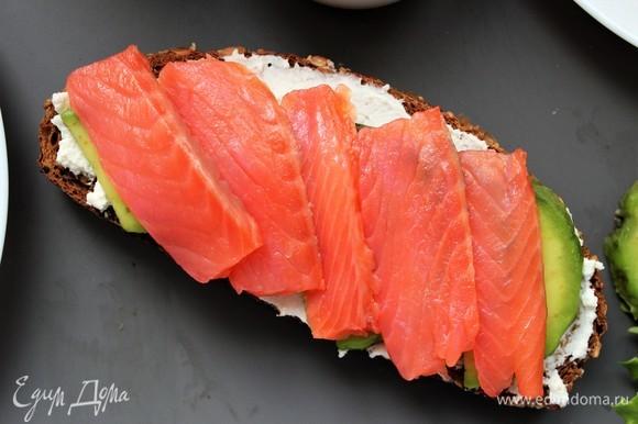 На авокадо выложить слабосоленого лосося.
