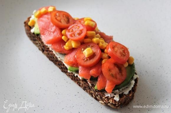 Далее выложить томаты черри и кукурузу.