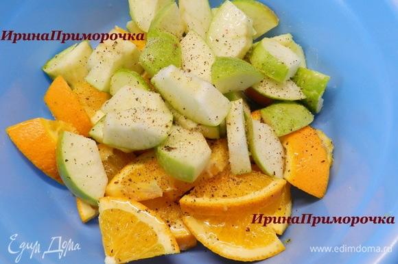 Фрукты моем и разрезаем на четвертинки. Вырезаем у яблок семенную коробочку, у апельсинов срезаем белые прожилки внутри плода. Нарезаем фрукты крупными кусочками, смешиваем в миске, солим, перчим и поливаем медом. Перемешиваем.