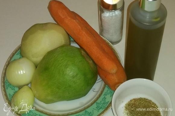 Для начала неободимо почистить и вымыть овощи. Для салата необходимо взять 0,5 кг редьки зеленой. В отдельной емкости смешать все специи.