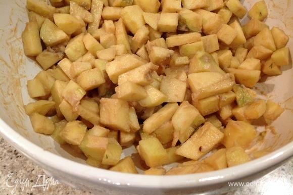 Добавляю яблоки и грушу, хорошо перемешиваю.