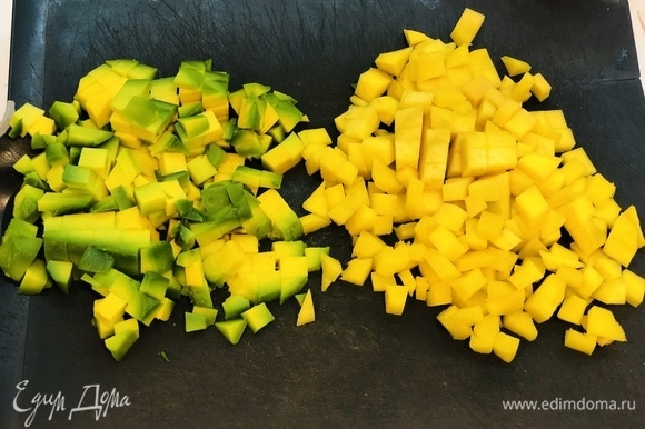 Авокадо и манго нарезать кубиками.